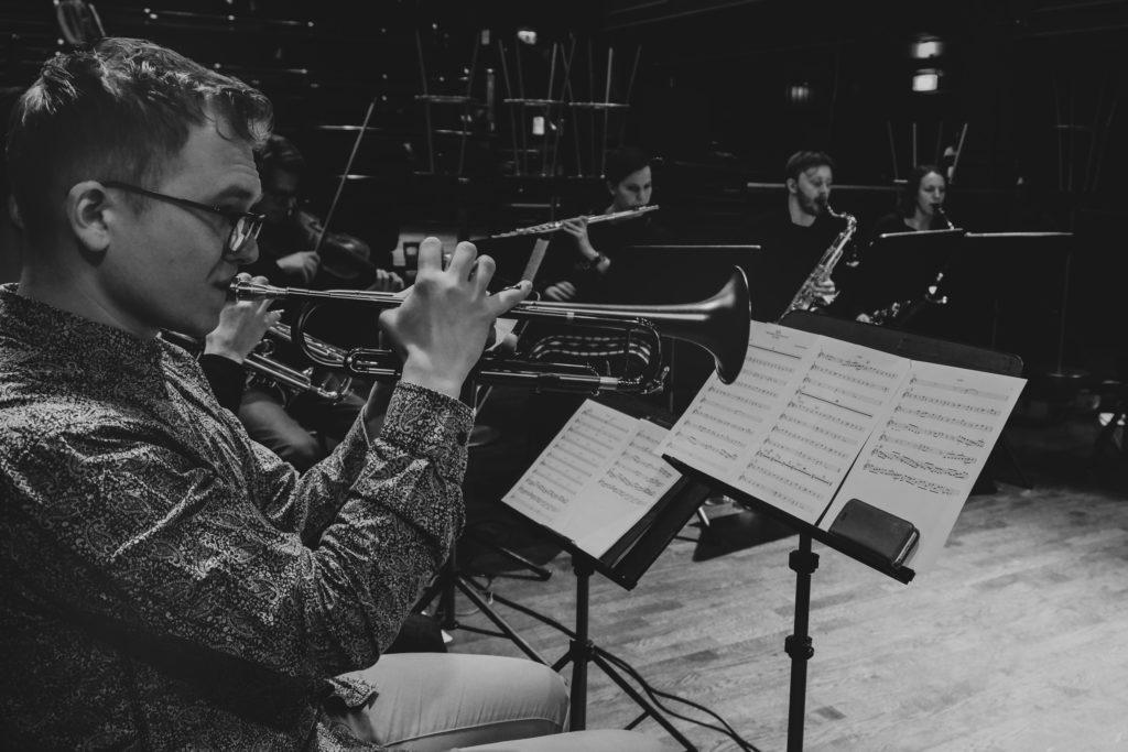 Lyder Øverås Røed er huskomponist for OJKOS. Foto: Torkjell Hovland