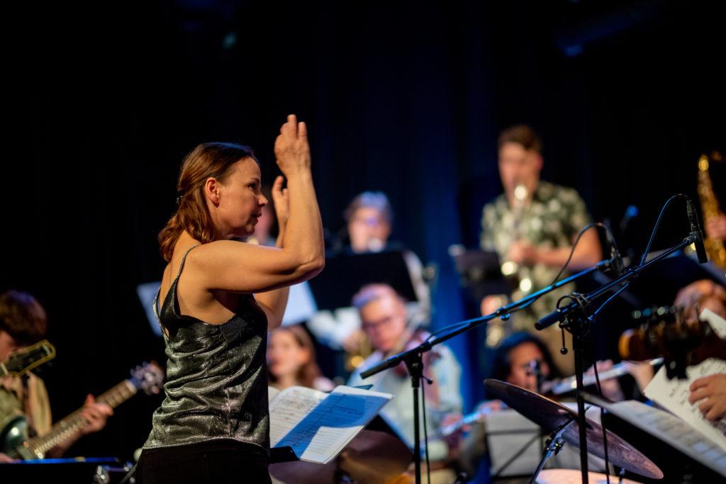 Shannon Mowday tar med seg tolv unge musikere til festival i Sør-Afrika. Foto: Helge Lien
